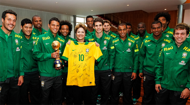 Der Família erster Streich: Die Selecao präsentiert Präsidentin Dilma stolz den Confed-Cup.