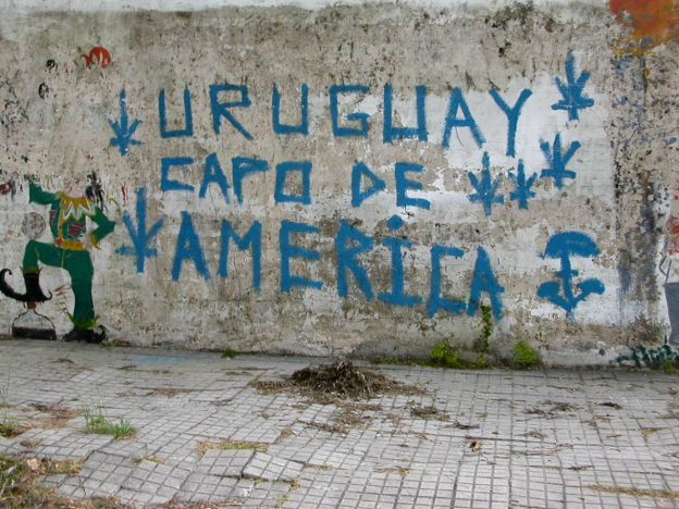 """Uruguay Champion of America"" auf einer Wand in Colonia del Sacramento. Quelle: fortune cookie from Berlin, Germany - Flickr, CC BY 2.0"